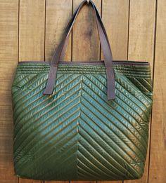 Maxi bolsa em nylon matelassê verde musgo. Mab Store - www.mabstore.com.br