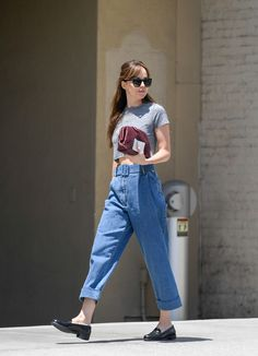 Dakota Johnson Casual Style Leaving Thibiant in Beverly Hills - Herren- und Damenmode - Kleidung Estilo Dakota Johnson, Dakota Johnson Street Style, Dakota Style, Dakota Johnson Hair, Look Fashion, Fashion Outfits, Womens Fashion, Fashion Sets, Cool Outfits