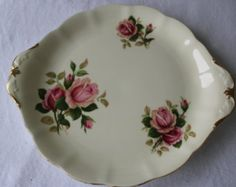 Ce beau petit bijou de table est absolument élégant et romantique! Lassiette est ivoire et a de jolies roses qui la décore.  Cette magnifique