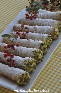 İzmir'de hangi pastaneye gitseniz tezgahın üzerinde karşılaşabileceğiniz bir pasta, torpil ya da diğer adıyla külah pasta. Biraz zahmetli ...