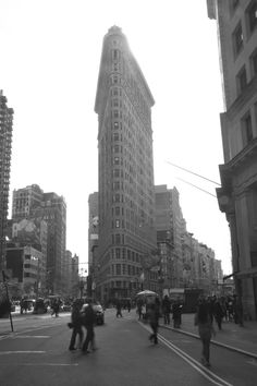 FLATIRON BUILDING NY 2010 Flatiron Building, City Life, White Photography, New York Skyline, Van, Black And White, Travel, Viajes, Black White