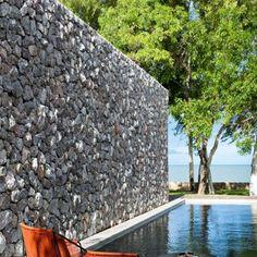 Un couloir de nage dans un jardin Future House, Tiny House, Salons, House Ideas, Outdoor Decor, Home Decor, Gardens, Wall, Kiddy Pool