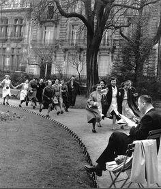 Joie de vivre généralisée au parc Monceau, en 1953. Une photo de © Robert Doisneau  (Paris 8ème)