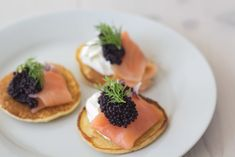 Blinis with Smoked Salmon Seafood Recipes, Wine Recipes, Gourmet Recipes, Healthy Recipes, Healthy Foods, Tapas, Salmon Appetizer, Sandwiches, Creme Fraiche