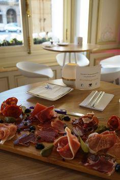 La convivialité au summum au Wine and Friends, nouveau bar à vins de l'hôtel Regina Paris! #wine #friends #baravins #winebar #hotelreginaparis #tapas #charcuterie #luxury #quality #food #convivial
