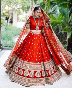 This Bride Slayed In Deepika Padukone's Wedding Lehenga Look-Alike! This Bride Slayed In Deepika Padukone's Wedding Lehenga Look-Alike! Indian Lehenga, Sabyasachi Wedding Lehenga, Wedding Lehnga, Bridal Lehenga Choli, Plain Lehenga, Lehenga Skirt, Sabyasachi Lehenga Bridal, Heavy Lehenga, Anarkali Lehenga