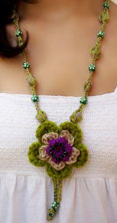 Colgante medallón de línea boho chic tejido en crochet.