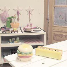 🌭+ 🍔❤️❤️❤️!!! Gente, tem coisa mais gostosa nessa vida que decorar os quartinhos dos filhos? E tem coisa mais linda que brinquedos de madeira? Amooo!!! #playroom#brinquedoteca#brinquedosdemadeira#decorforkids #barnrumsinspo #kidsdecor #kidsroom #barnkök#breakfast#grill #maedemenino#montessori#quartomontessoriano #cozinha#cozinhainfantil#finabarnsaker #barnerom #jollyroom #decoracaoinfantil…