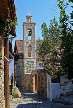 O branco campanário em Kakopetria, ilha de Chipre.  Fotografia: Palaeoman no Flickr.