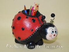 Tays Rocha: Porta-lápis joaninha de cabaça Paper Mache Crafts, Clay Crafts, Diy And Crafts, Arts And Crafts, Hand Painted Gourds, Gourds Birdhouse, Gourd Lamp, Bottle Art, Cold Porcelain