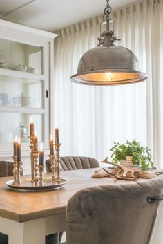 Mooie landelijke tafel met bijpassende 2 deurs buffetkast for A nu u transitional salon