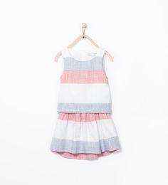 Sukienka w paski z rozcięciem na plecach