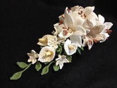 ハンドメイド レース編み ユリ キャスケード シュシュ_2 Crochet Bouquet, Crochet Flowers, Minis, Elsa, Cocktail, Bows, Floral, Handmade, Beauty