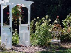 Utiliza viejas puertas para decorar tus espacios exteriores... algunas ideas...