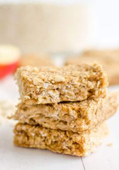 Healthy Snacks For Kids healthy oat bars, apple pie flavour an easy recipe perfect for kids toddlers and baby led weaning - These healthy apple pie oat bars are a soft granola bar, that is low in sugar Healthy Pastas, Easy Healthy Recipes, Healthy Snacks, Vegan Recipes, Easy Meals, Healthy Oat Bars, Snack Recipes, Protein Snacks, Healthy Breakfasts