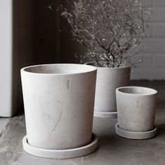A classic cement pot with a saucer from Ernst Kirchsteiger, which looks good in every home. Inner pot recommended for planting. Cement Flower Pots, Cement Pots, Scandinavian Design Centre, Scandinavian Interior, Co2 Neutral, Kitchenware, Tableware, Planter Pots, Fat