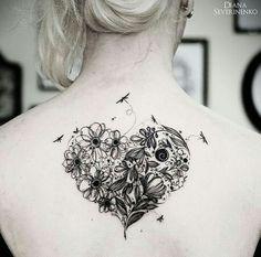#heart Esse estilo com desenhos que se completam, super fofo! Nesse caso, uma tattoo um tanto quanto delicada, flores e libélulas...