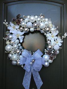 decoração | Sua Casa Sua Festa | Page 11                                                                                                                                                                                 Mais Ornaments, Ornament Wreath, Wreaths, Home Decor, Hanukkah, Newspaper Art, Homemade Home Decor, Deco Mesh Wreaths, Interior Design