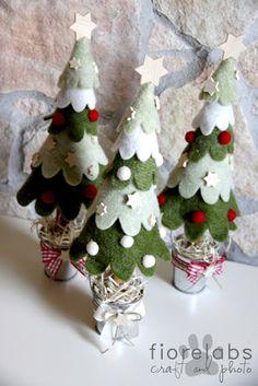 Alberelli in feltro decorati con stelline di legno e palline di lana....