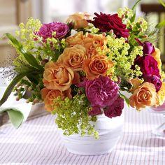 Sommerliche Blumen-Dekoration zum Selbermachenn - 943298_RosenstraussMitFrauenmantel_600x6009