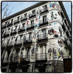 """Todo es felicidá -All's happiness"" (2008) by Jack Babiloni. Huge (1km2) fresco painting on the 2 facades of a XIX century mansion palace in Madrid, Spain."