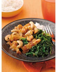 Kook de rijst volgens de aanwijzing op de verpakking. Snijd de kipfilet in reepjes. Verhit een wok, voeg een scheutje olie toe en wok de kipreepjes 3 minuten. Verhit ondertussen een scheutje olie in een koekenpan of in een andere wok. Voeg de spinazie toe en wok deze 2 minuten. Voeg de sambal en de ketjap toe en bak deze 2 minuten mee. Voeg 2 dl water en de boemboe toe. Goed mengen en 10 minuten laten pruttelen. Bestrooi met de cashewnoten. Verdeel de kip over 4 borden, bestrooi met ...