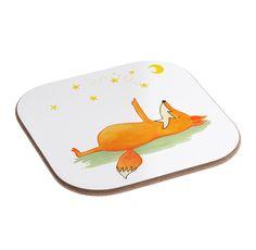 Quadratische Untersetzer Fuchs Sterne aus Hartfaser  natur - Das Original von Mr. & Mrs. Panda.  Dieser wunderschönen Untersetzer von Mr. & Mrs. Panda wird in unserer Manufaktur liebevoll bedruckt und verpackt. Er bestitz eine Größe von 100x100 mm und glänzt sehr hochwertig. Hier wird ein Untersetzer verkauft, sie können die Untersetzer natürlich auch im Set kaufen.    Über unser Motiv Fuchs Sterne  Die Fox-Edition ist eine besonders liebevolle Kollektion von Mr. & Mrs. Panda. Jedes Motiv…