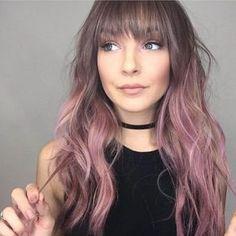 mujer de cabello color malva
