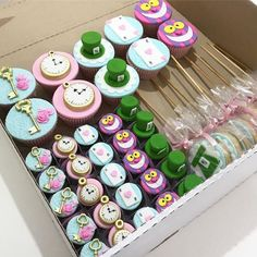 Ideas Baby Girl Shower Cupcakes Alice In Wonderland Alice In Wonderland Decorations, Alice In Wonderland Cakes, Alice In Wonderland Wedding, Alice In Wonderland Tea Party Birthday, Alice Tea Party, 2 Birthday, 1st Birthday Parties, Mad Hatter Tea, Mad Hatters Tea Party