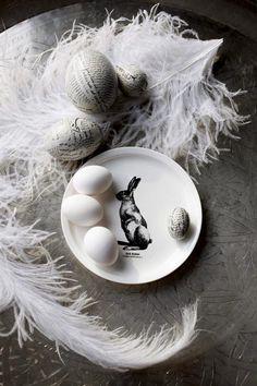 Graaffisen musta valkoinen pääsiäiskoriste. Liimataan esim. ulkomaisten lehtiä. Koristeltuja munia voi sekoitella valkoisten kanssa tai vaan kivalle vadille. Kaunis pääsiäiskoriste jo sinällään.