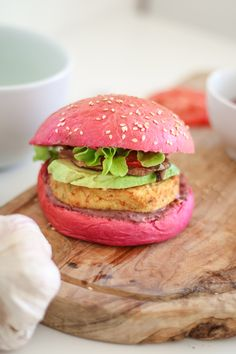 01- LIVINGENEVA- PINK HAMBURGERS - GENEVA BLOGGER - SWISS BLOGGER - PAIN SUISSE Cute Food, A Food, Yummy Food, Bread Shaping, Burger Buns, Catering Food, Weird Food, Food Trends, Party Snacks