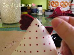 Country Laura: TUTORIAL GALLINELLA Easter Projects, Diy Projects To Try, Fabric Toys, Christmas Paintings, Pin Cushions, Sewing Hacks, Gingerbread Cookies, Soft Fabrics, Diy And Crafts