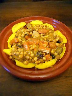 La meilleure recette de TAJINE DE POULET AUX CITRONS CONFITS! L'essayer, c'est l'adopter! 5.0/5 (3 votes), 5 Commentaires. Ingrédients: 1 poulet coupé en morceaux 2 oignons, 3 carottes, 1/2 bocal de pois chiches, quelques pruneaux d'Agen, 1 citron confit, quelques olives , quelques pommes de terre. 1 càc de cannelle, 1 càc de cumin moulu, 2 càc de ras hel hanout, 1 càc de curcuma 1 cube de bouillon de volaille