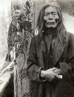 desert-dreamer: Evenk (Russian minority) shaman with a collection of shamanic objects, including images of helper spirits, early Russian Tribe looks very Native American. Land Bridge across ? Native American Wisdom, Native American Photos, Native American History, American Indians, People Of The World, In This World, Potnia Theron, Native Indian, First Nations
