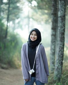 foto Outfit of The Day (OOTD) - ely setiawan Muslim Fashion, Hijab Fashion, Girl Fashion, Fashion Outfits, Casual Hijab Outfit, Hijab Chic, Beautiful Muslim Women, Beautiful Hijab, Video Hijab