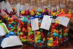 Lembrancinhas: garrafas com balinhas coloridas em formato de coração. <3 #wedding #weddinggifts #heart