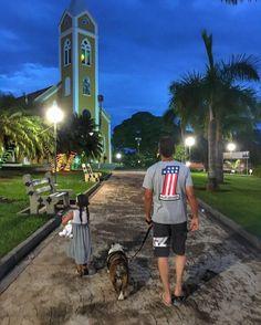 Noite de calor pede um passeio na Praça da Igreja!   #FamiliaPreusse #Nós4 #FaltouOPapagaioEOPeriquito #Mentira #PorEnquantoÉSóAGente #MuitoAmô #TudoMeu #NãoDou #NãoEmpresto #AstridEClaraEMarido #SóLove #MaternidadeColorida #Férias