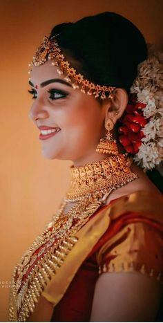Get the best wedding day look ! Minimal makeup and jewellery! This bride is giving us some major goals as to how to nail the wedding day ! Do book Hair and Makeup artists with BookEventZ! Indian Wedding Makeup, Best Bridal Makeup, Indian Wedding Jewelry, Bride Makeup, Glam Makeup, Indian Bride Poses, Indian Bridal Photos, Indian Wedding Photography Poses, Girl Photography