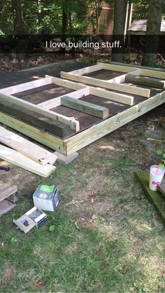 It was time to build a new coop, as the old one has been unused for several years, and is full of lawn tools and power tools... so i set to work using a bunch of lumber that I had laying around, as well as some new stuff...