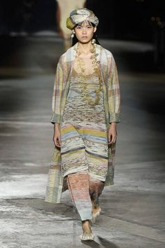 Missoni Spring 2019 Ready-to-Wear Fashion Show Collection: See the complete Missoni Spring 2019 Ready-to-Wear collection. Look 20 Women's Runway Fashion, Knit Fashion, Fashion Week, Fashion 2017, Fashion Looks, Fashion Brands, Fashion Styles, Womens Fashion, High Fashion