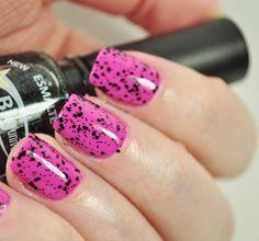 Esmalte rosa com glitter preto. O esmalte Diamante Negro da Big Universo possui glitter preto lindo!