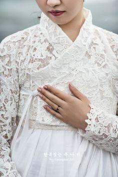 The dress closet Korean Traditional Dress, Traditional Fashion, Traditional Dresses, Korea Fashion, Ethnic Fashion, Asian Fashion, Hanbok Wedding, Korea Dress, Modern Hanbok