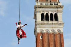 """VENEDIG // Am 03. Februar wird der Karneval offiziell durch den """"Volo dell'angelo"""", den Engelsflug eröffnet.  (Foto: Carnevale Venezia von: http://www.carnevale.venezia.it/gallery.php)"""