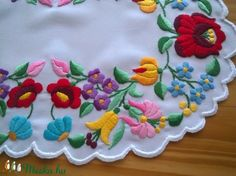 Puppets hímző fonallal hímeztem ezt a gyönyörű kalocsai mintát, a szélén a cakkot Eldorádo puppets fonallal cakkoztam. Mérete 39x26 cm. A minta szélessége 8-8,5 cm között van. Alapanyag: fehér műszálas. Hungarian Embroidery, Hand Embroidery, Mantel Redondo, Yarn Crafts, Tattoo Inspiration, Folk Art, Crochet Patterns, Tattoos, Diy