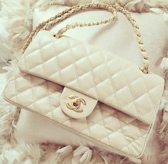 Find images and videos about fashion, style and white on We Heart It - the app to get lost in what you love. Chanel Handbags, Luxury Handbags, Purses And Handbags, Clutch Purse, Purse Wallet, Beautiful Bags, My Bags, Fashion Accessories, Shoulder Bag