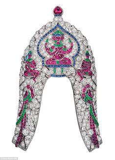 Un impresionante clip engastado con diamantes, rubíes, zafiros y esmeraldas por Van Cleef