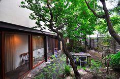 右に見えるバーベキュー台は、庭を一緒につくった職人さんと、コンクリートから組み上げて製作。「季節のいい時にバーベキューとかしていると都内にいる感じはしないですね」。