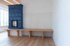 In diesem Haus, durften wir neben den Türen auch diese Lamperie (Wandverkleidung) und die Sitzbank für den Kachelofen anfertigen. Home Fireplace, Fireplaces, Entryway Bench, Tiny House, Small Spaces, Sweet Home, Cottage, Interior, Diy