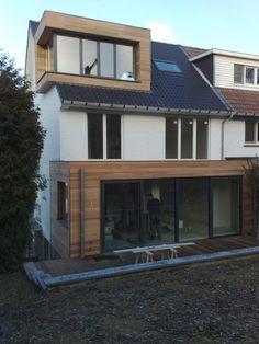 Overhoekse dakkapel in zelfde stijl als uitbouw - houten gevel, zwart aluminium ramen, strakke uitvoering