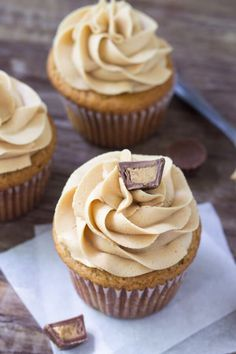 This easy frosting recipe is perfect for cupcakes, brownies, birthday cake or anything that goes with peanut butter! Chocolate Chip Pancakes, Chocolate Banana Bread, Homemade Chocolate, Chocolate Frosting, Chocolate Cupcakes, Icing Recipe, Frosting Recipes, Buttercream Frosting, Peanut Butter Cupcakes